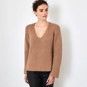 Chunky V-neck cashmere sweater caramel 2