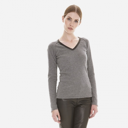 The Leather Detailed Cashmere V-Neck in Dove